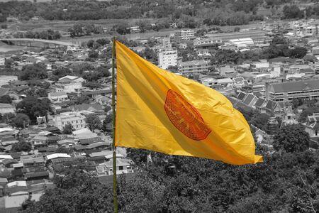 dhamma: Bandiera gialla logo modello Dharmachakra Wheel of Dhamma buddismo in Nakhon Sawan, Thailandia Archivio Fotografico