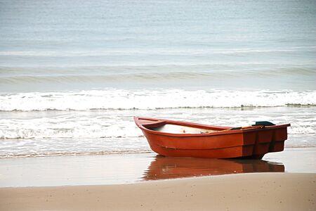 Petits bateaux amarrés sur les plages.