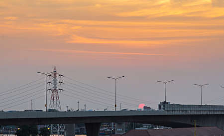 torres el�ctricas: cielo crepuscular de alta tensi�n torres de alta tensi�n. Foto de archivo