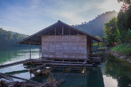 Floating House at Khao Sok National Park in Thailand. Stockfoto