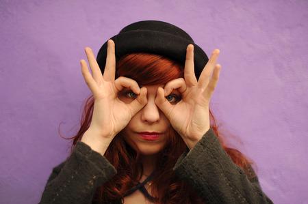 alzando la mano: Gesto, la mímica, los sordomudos para hablar gestos, las manos, a gesticular, mostrar las manos, para expresar el pensamiento, hablar Foto de archivo