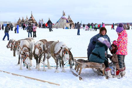 """aborigen: Nadym, Rusia - 14 marzo 2015: Los jóvenes mans los Nenets con un equipo cervino durante las vacaciones """"Día del obtentor renos"""". Nenets - aborígenes del norte de Rusia"""