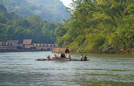 タイ - 2013 年 12 月 29 日: ボートやいかだクワイ川の観光客で 報道画像