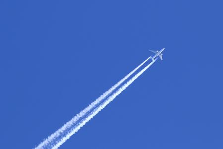 高い空に旅客機 写真素材