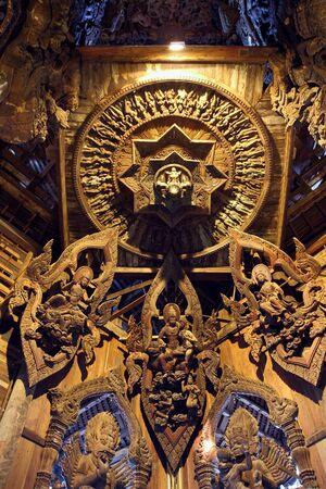 PATTAYA, Thailandia - 28 marzo, 2012: Santuario della verità. L'arco tempio decorato con una scultura