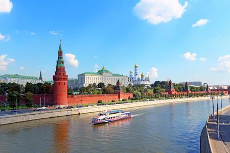 Moscú, Rusia - 20 de agosto de 2013: paisaje con vistas al río y hermosos edificios del Kremlin de Moscú