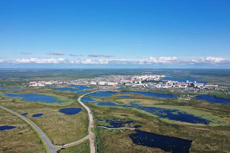 View from the height of the Northern Russian city of Nadym among the Yamal tundra Banque d'images - 127280456