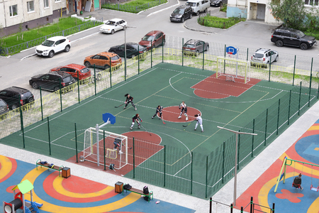NADYM, RUSSIA - JULY 06, 2019: Girls in the yard on the Playground playing ball hockey Banque d'images - 127298667