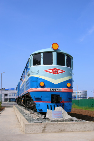 Novy Urengoi, RUSSIA-JULY 18, 2013: Monument locomotive TEZ-3003 to the first train in front of the railway station on Privokzalnaya street 報道画像