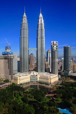 gemelas: KUALA LUMPUR - 16 de noviembre: El Petronas Twin Towers el 16 de noviembre de 2010, en Kuala Lumpur, Malasia, fueron los más alto del mundo torre gemela. La altura del rascacielos es 451.9m