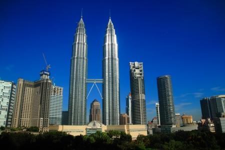 petronas: KUALA LUMPUR - 16 de NOV: Pie de las Torres Petronas con otro edificio el 16 de noviembre de 2010, en Kuala Lumpur, Malasia. La torre gemelas Petronas fueron torre de gemelos m�s alta del mundo. La altura del rascacielos es 451.9 metros.