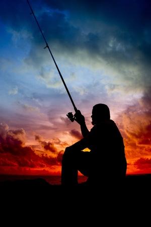 hombre pescando: silueta de hombre que pescaba