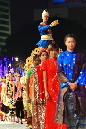 21 mei: De deelnemers dragen van een traditionele Maleisische kostuum tijdens de repetitie van Colours of Malaysia Festival 21 mei 2010 in Kuala Lumpur Maleisië.