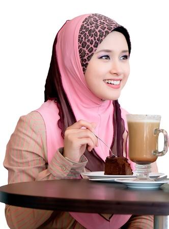 femmes muslim: assez jeune femme bavarder au cafe Banque d'images