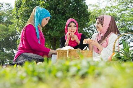 femmes muslim: Belles amies musulmanes sur pique-nique au parc