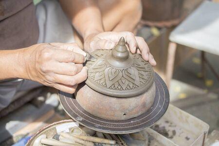 trinchante: Potter o Carver arcilla de moldeo a mano. Foto de archivo