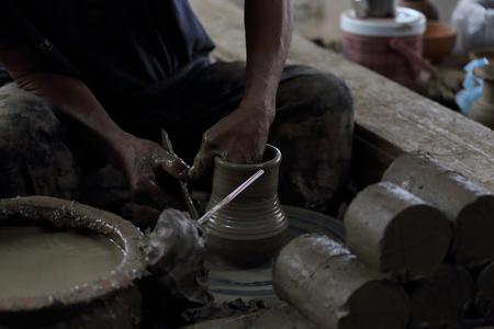 alfarero: Potter olla de barro moldeado a muy bajo lugar luz.