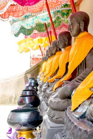 alms: limosnas del monje taz�n de Buda en el templo de Tailandia