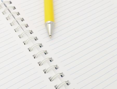 lectura y escritura: Cuaderno con la pluma amarilla