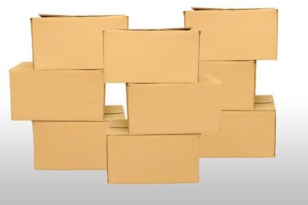 stockpiling: Las cajas de cart�n dispuestas en el fondo blanco