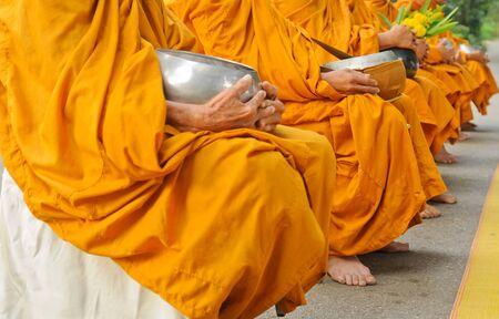 alms: Monje budista mantener cuenco de las limosnas Foto de archivo