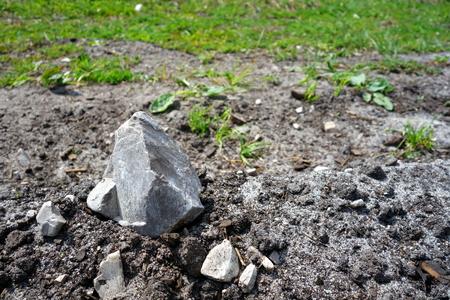 firmeza: Pequeña piedra en el suelo