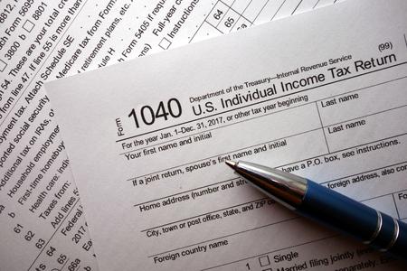 1040 tax form and a pen Foto de archivo