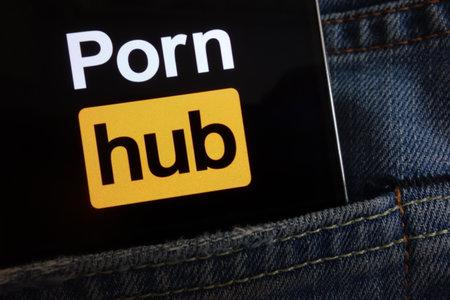 KONSKIE, POLAND - JUNE 02, 2018: Pornhub logo displayed on smartphone hidden in jeans pocket 新聞圖片