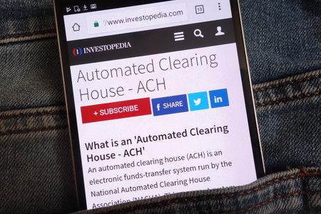 KONSKIE, POLONIA - 11 GIUGNO 2018: Un articolo sulla stanza di compensazione automatizzata (ACH) sul sito Web di Investopedia visualizzato sullo smartphone nascosto nella tasca dei jeans