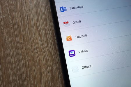 KONSKIE, POLSKA - 17 czerwca 2018: Popularny adres e-mail, w tym. Gmail, Yahoo, Hotmail, Exchange wyświetlane na nowym nowoczesnym smartfonie
