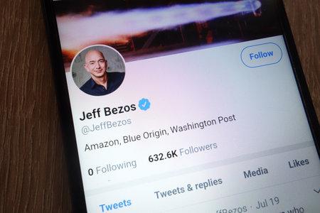 KONSKIE, Polen - 07. SEPTEMBER 2018: Jeff Bezos Twitter-Konto auf einem modernen Smartphone angezeigt?