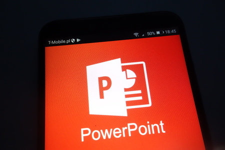 KONSKIE, POLAND - SEPTEMBER 22, 2018: Microsoft PowerPoint on smartphone 新聞圖片