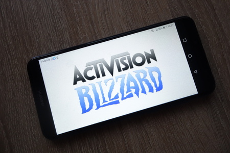 KONSKIE, POLAND - December 01, 2018: Activision Blizzard Inc. logo displayed on smartphone 新聞圖片