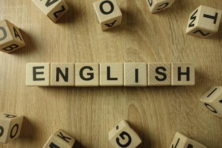 Engels woord van houten blokken op bureau