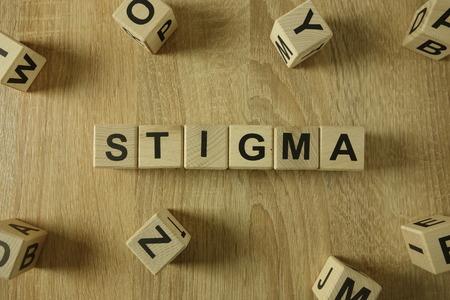 Stigmawort von Holzklötzen auf dem Schreibtisch