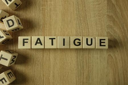 Mot de fatigue des blocs en bois sur le bureau