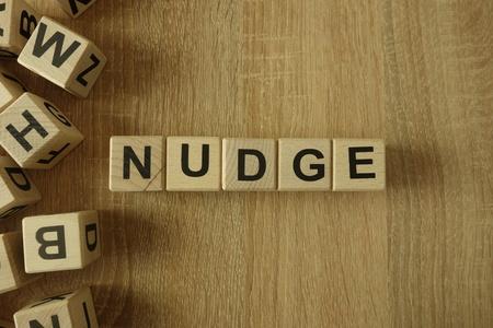 Wort aus Holzklötzen auf dem Schreibtisch anstoßen Standard-Bild