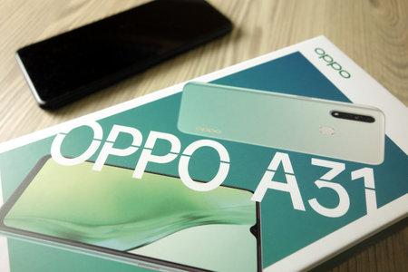 KONSKIE, POLAND - November 16, 2020: Oppo A31 smartphone unboxing 新闻类图片