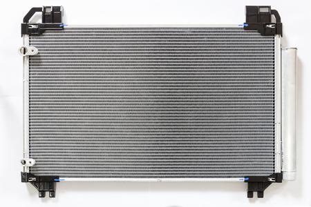 Auto koeler radiator op een witte achtergrond. Radiator bovenaanzicht van de radiator voor de pick-up truck radiator set.