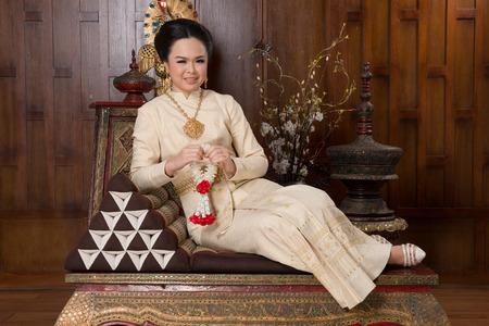 identidad cultural: Hermosa mujer tailandesa de tela vistiendo la cultura tradicional tailandesa. antigua cultura tailandesa.