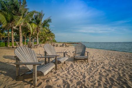 silla de madera: Silla de madera en una playa soleada. Foto de archivo