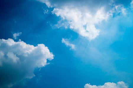 태양은 흰 구름을 빛낸다. 스톡 콘텐츠