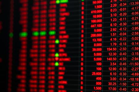 Beurskoers ticker bord in dag bear aandelenmarkt. Aandelenmarkt board toon financiële crisis. Onstabiele nerveus emotie van de beurs handelaren verkopen. Slecht nieuws raakte aandelenmarkt. Rood ticker grafiek. Stockfoto