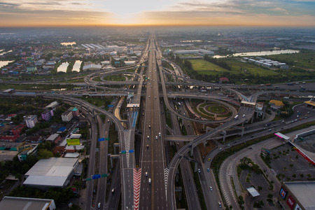 空中高速道路のジャンクション。空撮から忙しい高速道路。数字の 8 のような高速道路形状と無限大の記号。都市高速道路および生活様式の概念。