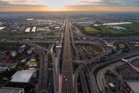 Aerial knooppunt. Drukke snelweg van luchtfoto. Highway vorm als nummer 8 en oneindigheid teken. Stedelijke snelweg en lifestyle concept. Highway genomen in de oostelijke snelweg van Bangkok Thailand. Stockfoto