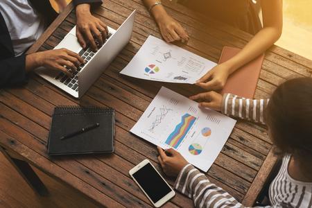 Business group vergadering. Bedrijfs rapport vergadering en briefing. Drie mensen uit het bedrijfsleven bijeen op houten tafel. Business teamwork concept. Achtergrond van het bedrijfsleven. Stockfoto