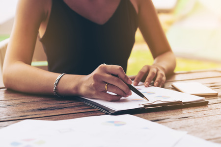 cuadro sinoptico: Businesswoman checking paper, chart or business report on a working desk. Business plan and report analysis.