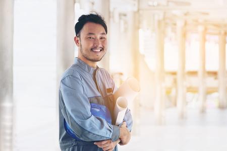 Portret van een gelukkig ingenieur. Oost-Aziatisch ; Japanse, Chinese, Koreaanse ingenieur die camera, glimlach bekijkt. Engineering mensen concept. Stockfoto