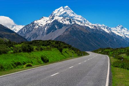 Weg naar Mt Cook en berglandschap. Concept reisritreis in Nieuw Zeeland. Lege weg of snelweg die leidt naar Mount Cook, de hoogste berg in Nieuw-Zeeland.