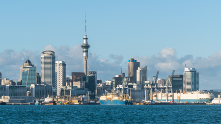 Auckland city skyline at city center and Auckland Sky Tower, the iconic landmark of Auckland, New Zealand. Zdjęcie Seryjne